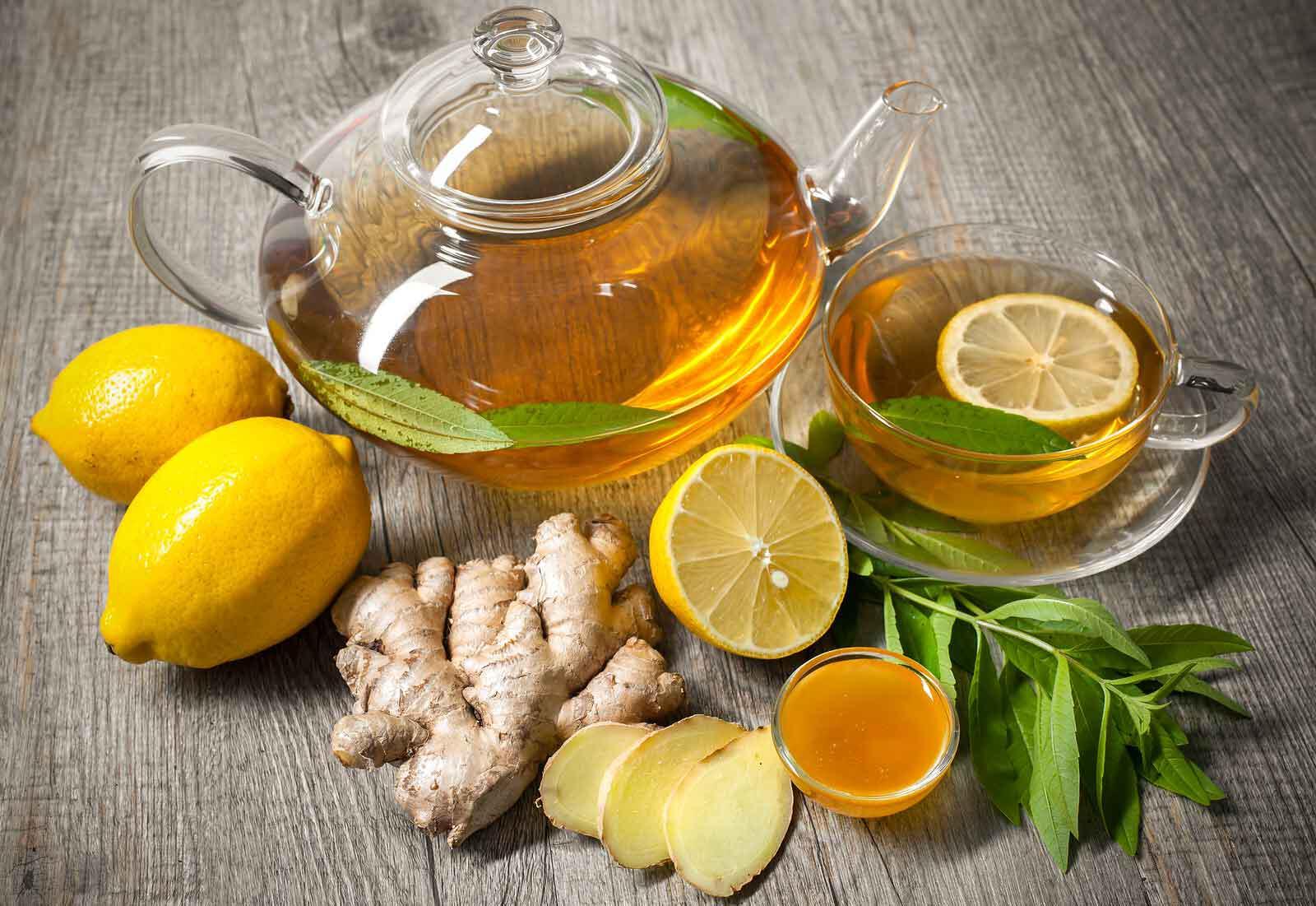 rimedio naturale contro l'influenza con miele, zenzero e limone.